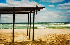 Hölzerner Schutz auf dem Strand nahe dem Meer Lizenzfreie Stockfotos