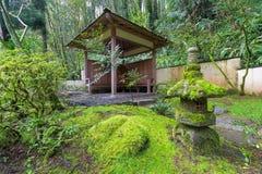 Hölzerner Schutz am japanischen Garten stockfotografie