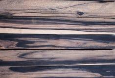Hölzerner Schwarzweiss-Klotz exotisch auf weißem Hintergrund, Holzoberfläche mit schönem lizenzfreie stockbilder