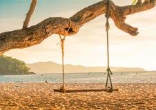 Hölzerner Schwingenstuhl nahe dem Ozeansonnenuntergang, chonburi, Thailand Stockbilder