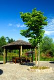 Hölzerner Sonnenschutz auf einem Rücksortierunggarten Lizenzfreie Stockfotos