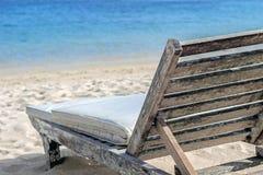 Hölzerner Sonnenstuhl auf Strand Lizenzfreies Stockfoto