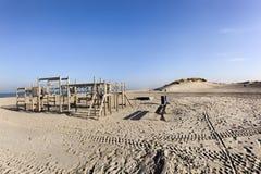 Hölzerner Spielplatz auf dem Strand von Hoek-Packwagen Holland Lizenzfreie Stockfotos