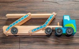 Hölzerner Spielzeuglastwagen Lizenzfreies Stockfoto