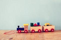 Hölzerner Spielzeugzug über Holztisch Lizenzfreies Stockbild