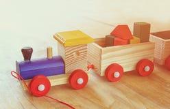 Hölzerner Spielzeugzug über Holztisch Lizenzfreie Stockbilder