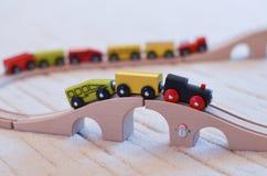 Hölzerner Spielzeugzug auf den Bahnen Stockfoto