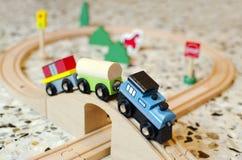 Hölzerner Spielzeugzug auf hölzernen Bahnen Stockfotografie