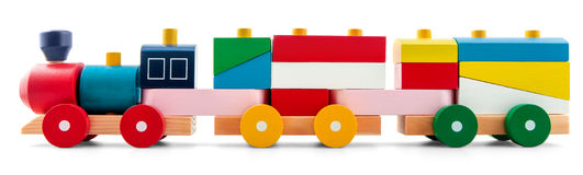Hölzerner Spielzeugzug mit bunten Blöcken über Weiß lizenzfreies stockbild