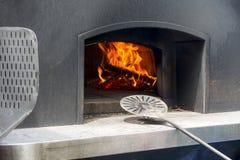 Hölzerner Stahlofen der modernen Handelsklasse und traditionelles italienisches Kochen mit Isolierhaube für Hitzezurückhalten lizenzfreies stockfoto