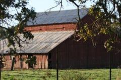Hölzerner Stall in der Landschaft stockfoto