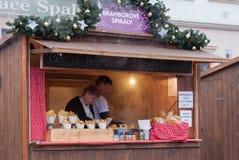 Hölzerner Stall mit Kartoffelchips an den Weihnachtsmärkten stockbild