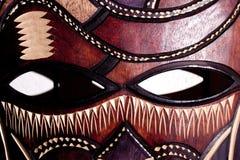 Hölzerner Stammes- Maskenabschluß oben Stockfotografie