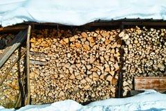 Hölzerner Stapel unter Schneedecke Stockfotografie