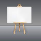 Hölzerner Stativ mit einem weißen Blatt Papier Stockbild
