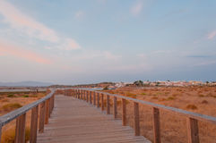 Hölzerner Steg in den Dünen, Algarve, Portugal, bei Sonnenuntergang Lizenzfreie Stockfotos