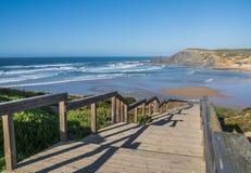 Hölzerner Steg zum schönen Strand stockbild