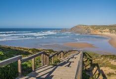Hölzerner Steg zum schönen Strand stockbilder