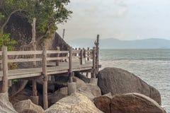 Hölzerner Steg zur Insel von Koh Phangan Stockbild