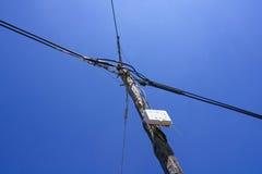 Hölzerner Strommast mit blauem Himmel Lizenzfreie Stockbilder