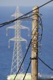 Hölzerner Strompfosten voll von Kabeln Lizenzfreies Stockbild