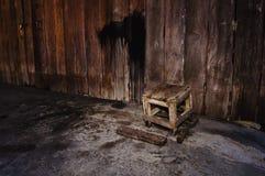 Hölzerner Stuhl der Kunst mit hölzerner Wand Stockfotos