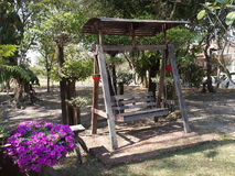 Hölzerner Stuhl im Garten Stockfotos