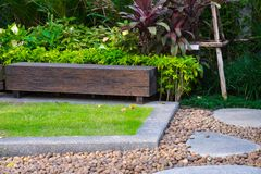 Hölzerner Stuhl im Garten, Ansicht des Gartenpatios stockbilder