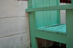 Hölzerner Stuhl mit abblätternder Farbe Lizenzfreie Stockfotografie