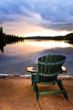 Hölzerner Stuhl am Sonnenuntergang auf Strand Lizenzfreies Stockbild