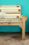 Hölzerner Stuhl und grüne Wand Lizenzfreie Stockbilder