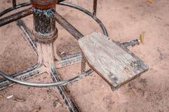Hölzerner Stuhl und Karussell der Weinlese für Kinder im Park Lizenzfreies Stockbild