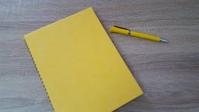 Hölzerner Tabellenhintergrund mit Stift und Tagesordnung Stockfoto