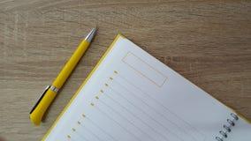 Hölzerner Tabellenhintergrund mit Stift und Tagesordnung Stockfotos