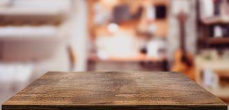 Hölzerner Tabellenzähler der Perspektive im Innenministerium Leere hölzerne Tischplatte mit unscharfem Musikarbeitsplatzhintergru lizenzfreies stockbild