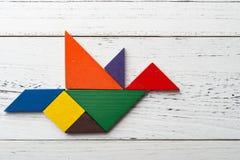 Hölzerner Tangram in der Taubenform Lizenzfreie Stockbilder