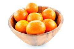 Hölzerner Teller voll mit Orangen Lizenzfreie Stockbilder
