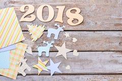 Hölzerner Text 2018 und Papierzahlen des neuen Jahres Stockfotos