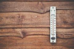 Hölzerner Thermometer kalibriert in den Grad Celsius auf der hölzernen Wand, Konzept des Wetters Lizenzfreie Stockfotos