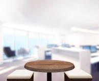 Hölzerner Tischplatte-Hintergrund im Büro 3d übertragen Stockfoto