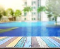 Hölzerner Tischplatte-Hintergrund und Pool Stockfoto