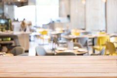 Hölzerner Tischplattezähler mit defocused Hintergrund des Restaurant-, Bar- oder Cafeteriahintergrundes lizenzfreies stockbild
