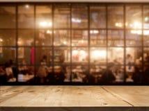 Hölzerner Tischplattezähler mit Nachtcafé-Clubhintergrund stockfotos