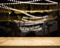 Hölzerner Tischplattezähler mit Nachtlichthintergrund lizenzfreie stockfotografie