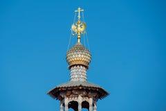 Hölzerner Turm mit einem goldenen Wappen des russischen Reiches Lizenzfreie Stockfotos