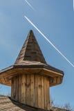 Hölzerner Turm mit einem spitzen achteckigen Dach gegen einen Himmel Stockfotografie