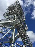 Hölzerner Uhrkontrollturm Stockbilder