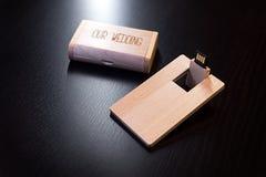 Hölzerner usb-Blitz-Antrieb auf einer schwarzen Tabelle Lizenzfreie Stockfotos