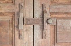 Hölzerner Verriegelungsriegel auf hölzernen Türen Stockfotografie