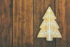 Hölzerner Verzierung Weihnachtsbaum auf verwittertem hölzernem Hintergrund der Planke, Kopienraum für Text, Schablone für Grußkar Stockfotos